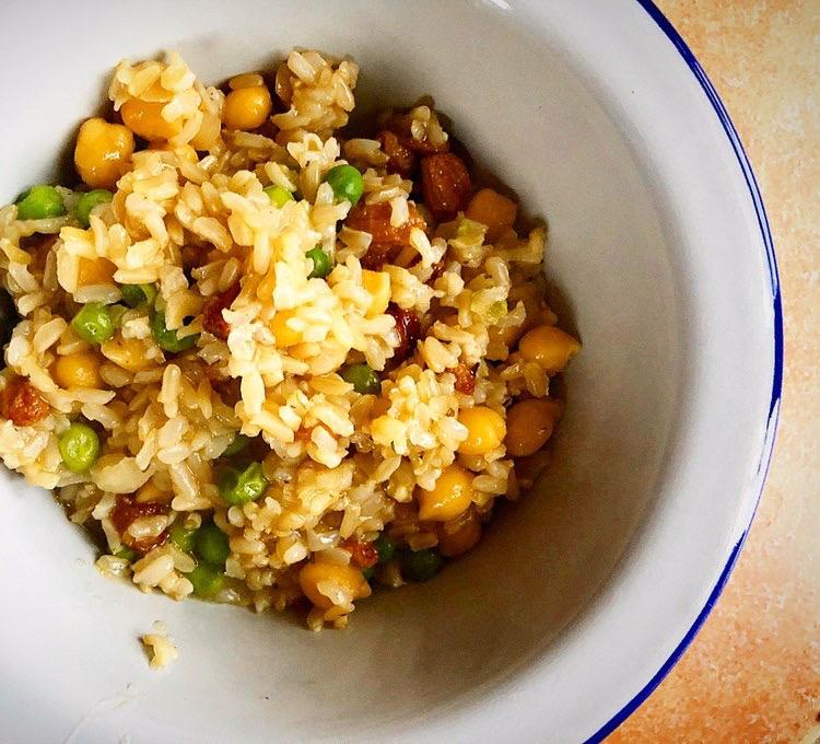 Καστανό ρύζι με σταφίδες και ρεβύθια