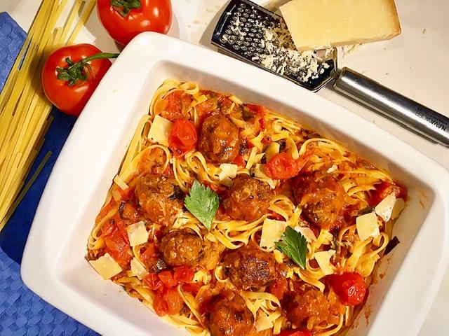 Κεφτεδάκια με κόκκινη σάλτσα και ζυμαρικά
