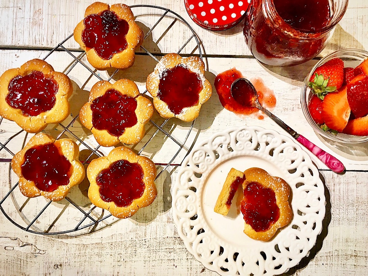 Μπισκότα με μαρμελάδα φράουλα