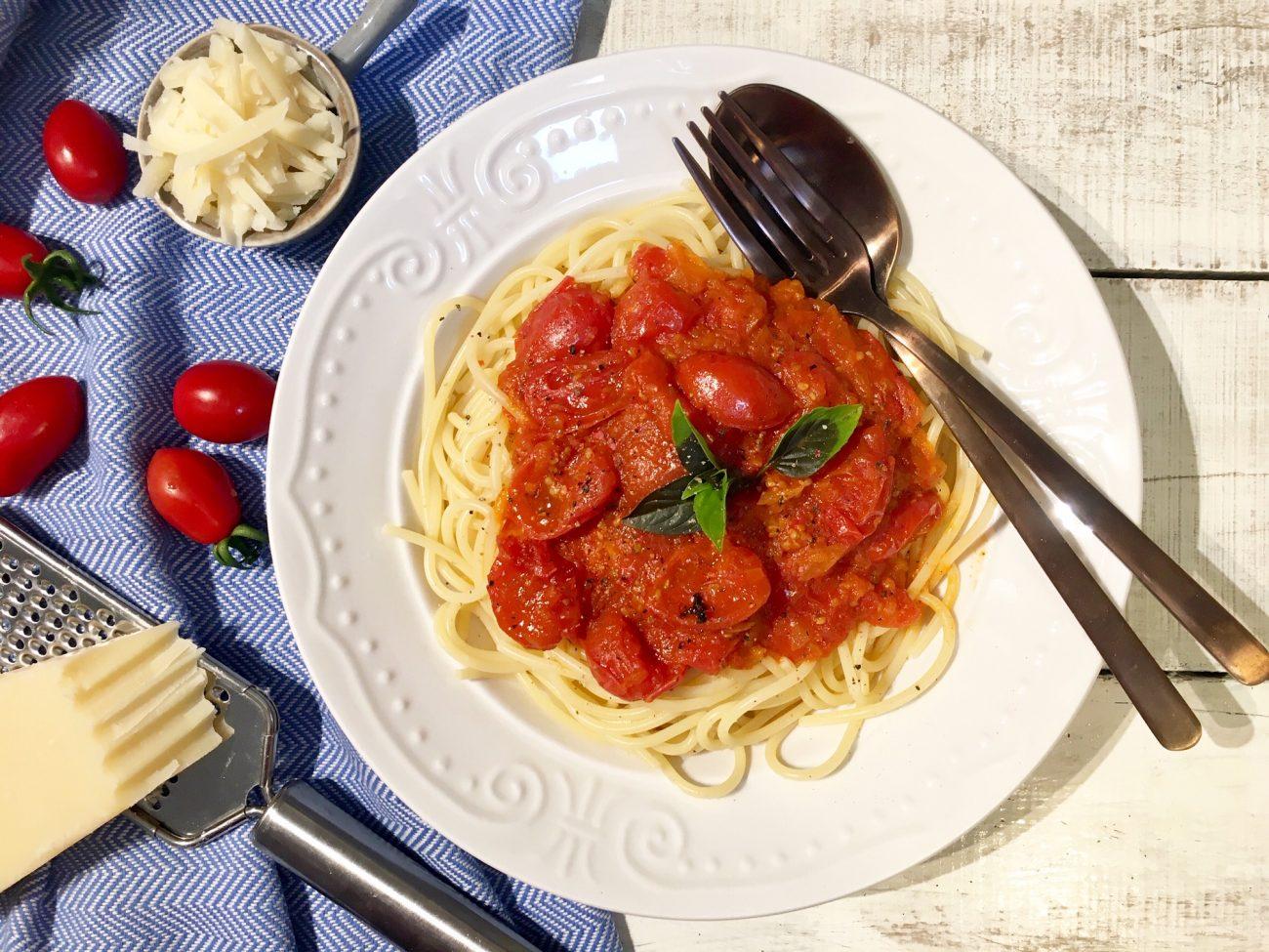 Ζυμαρικά με κόκκινη σάλτσα και βασιλικό