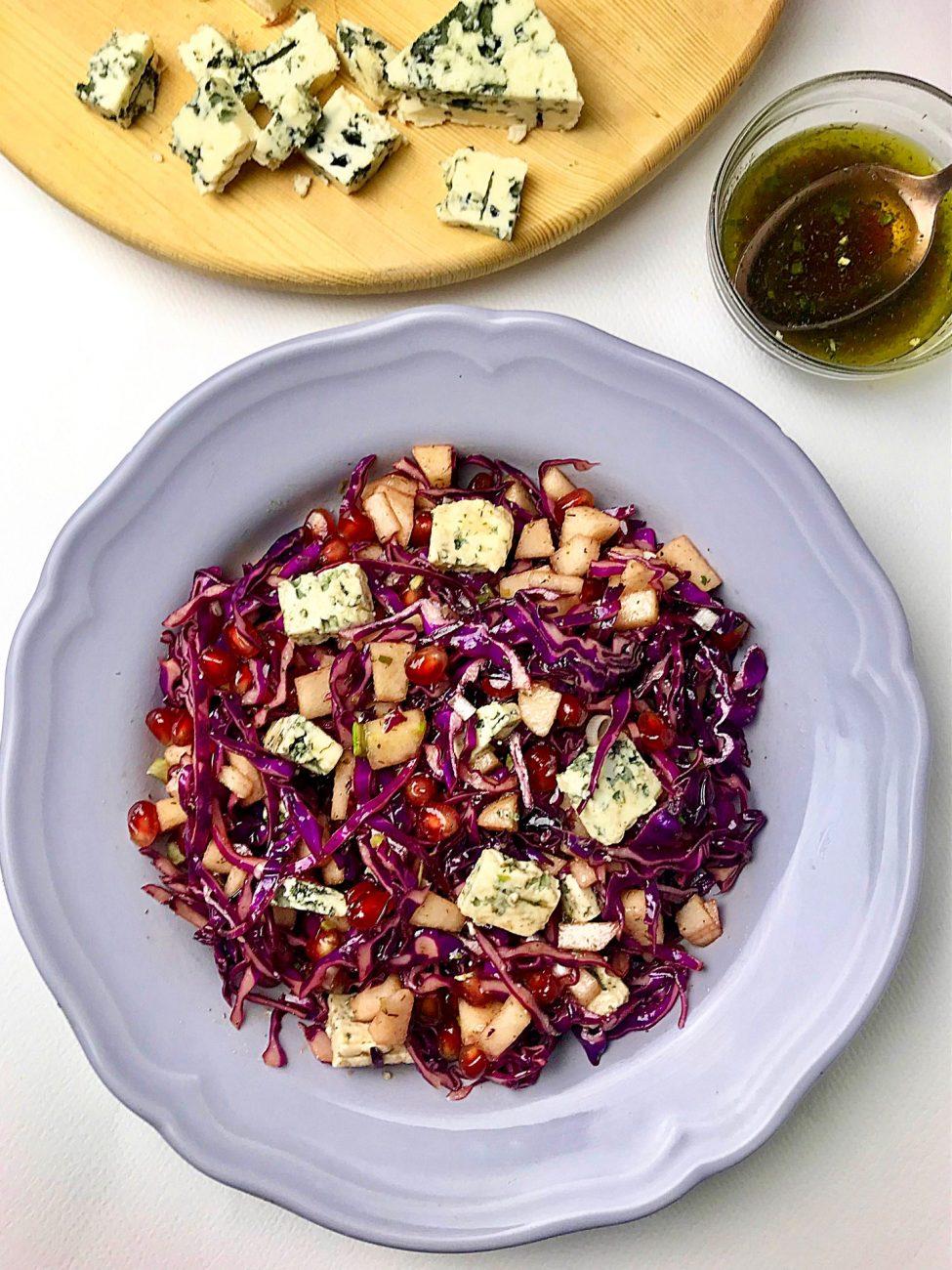 Σαλάτα με μωβ λάχανο αχλάδι και ροκφόρ