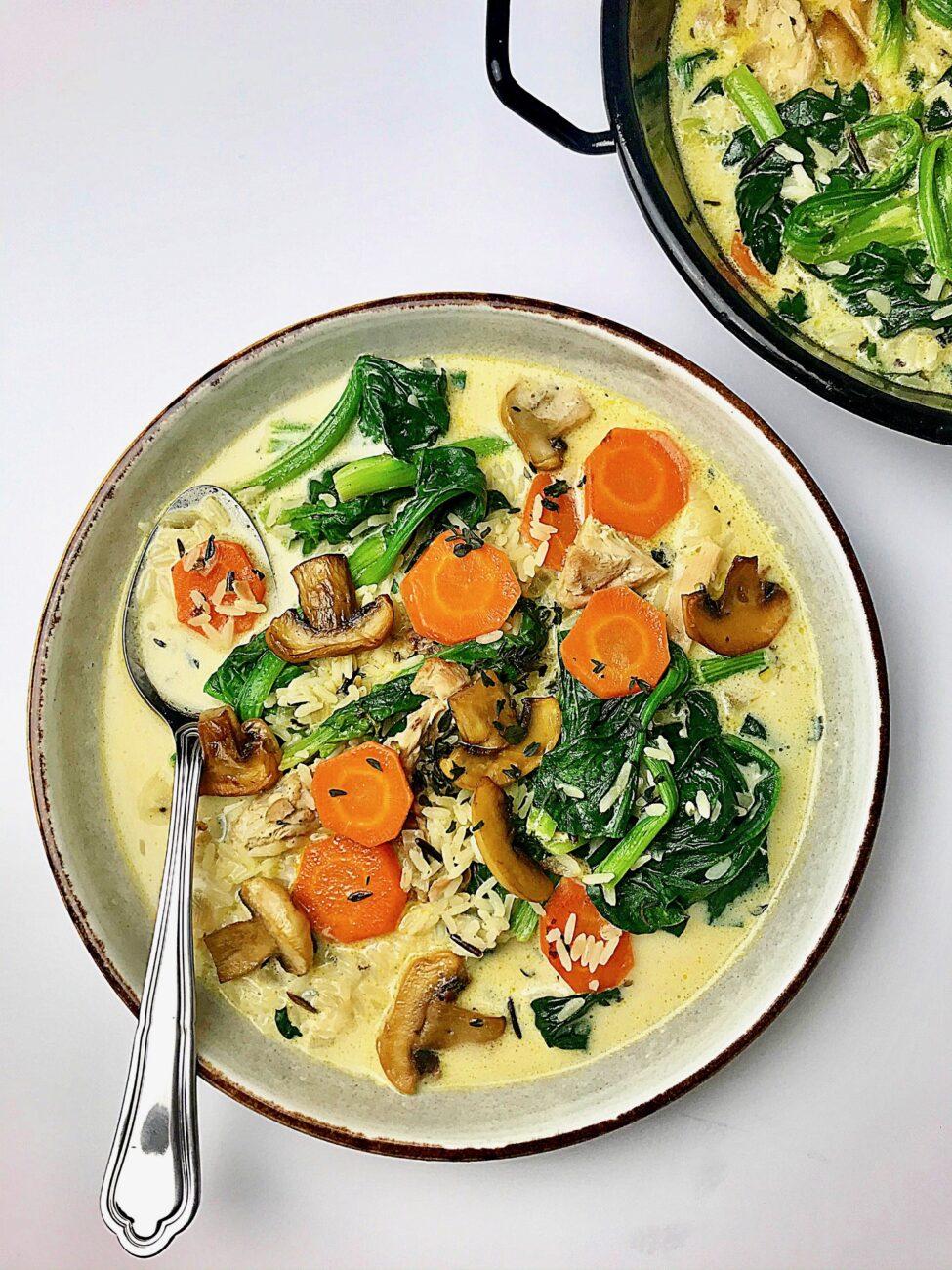 Σούπα με κοτόπουλο άγριο ρύζι και σπανάκι
