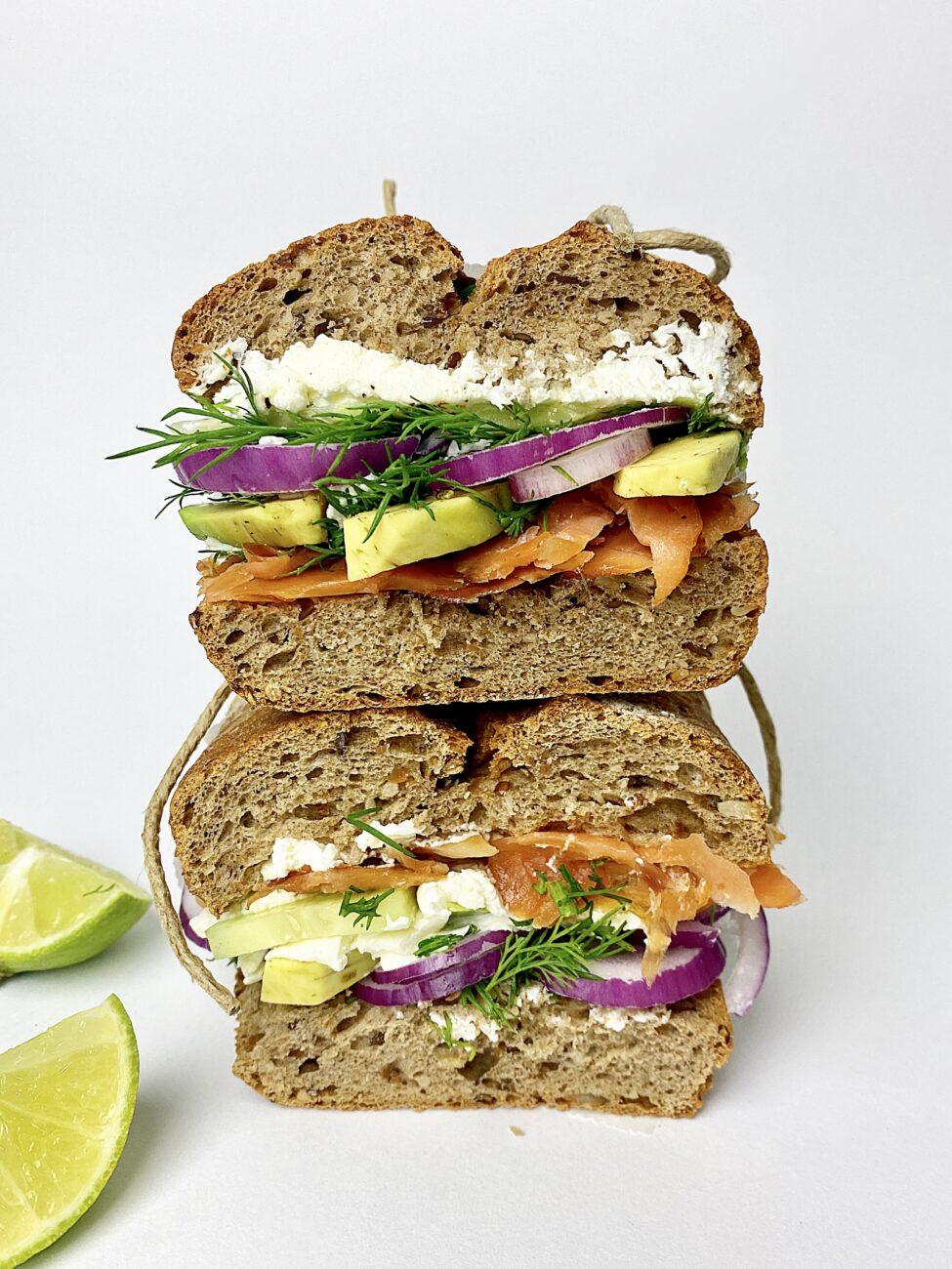Sandwich με καπνιστό σολομό και αβοκάντο