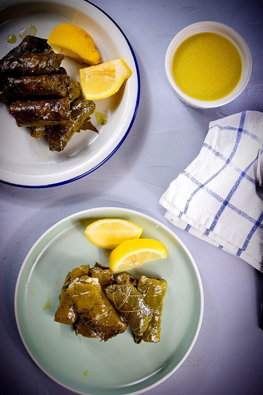 Σμυρνεϊκα σαρμαδάκια με σως λεμονιού